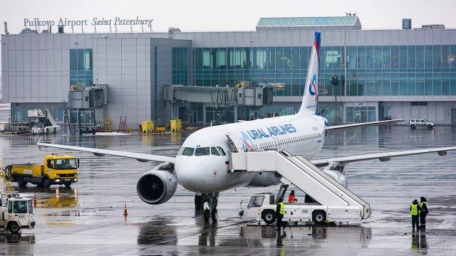 Самолёт Уральских авиалиний на зимнем перроне