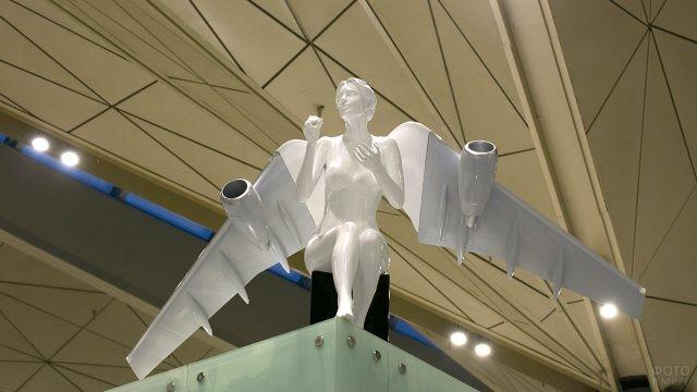 Скульптура сидящего Ангела в зале ожидания