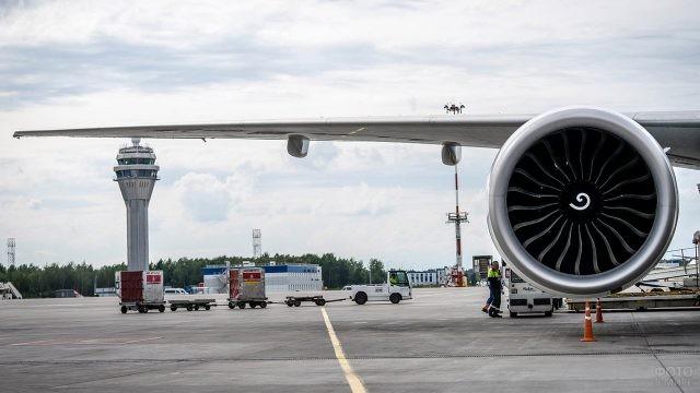 Турбина самолёта на фоне вышки КДП