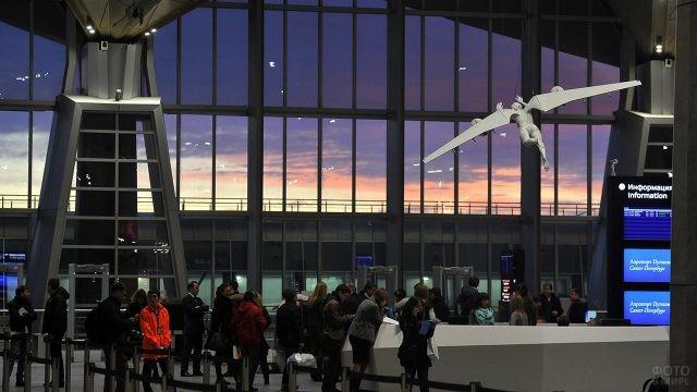 Туристы в просторном зале ожидания
