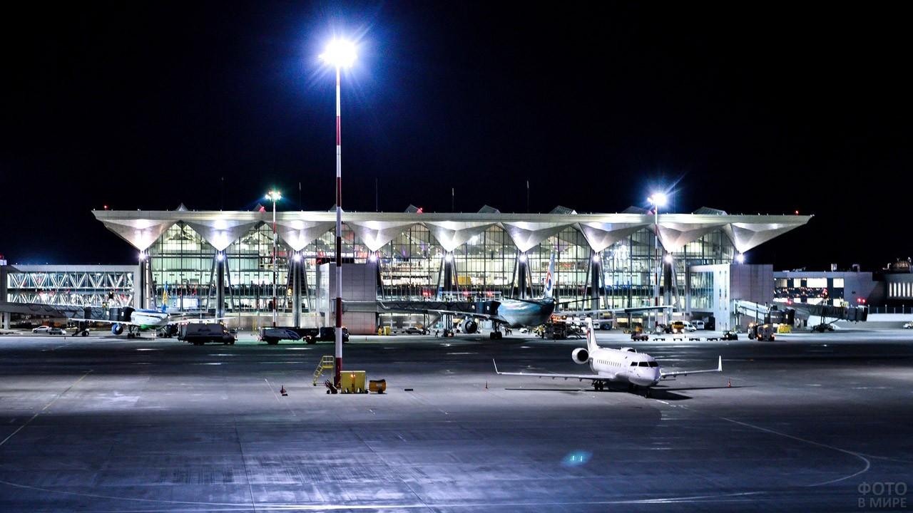 Вечерние огни пассажирского терминала