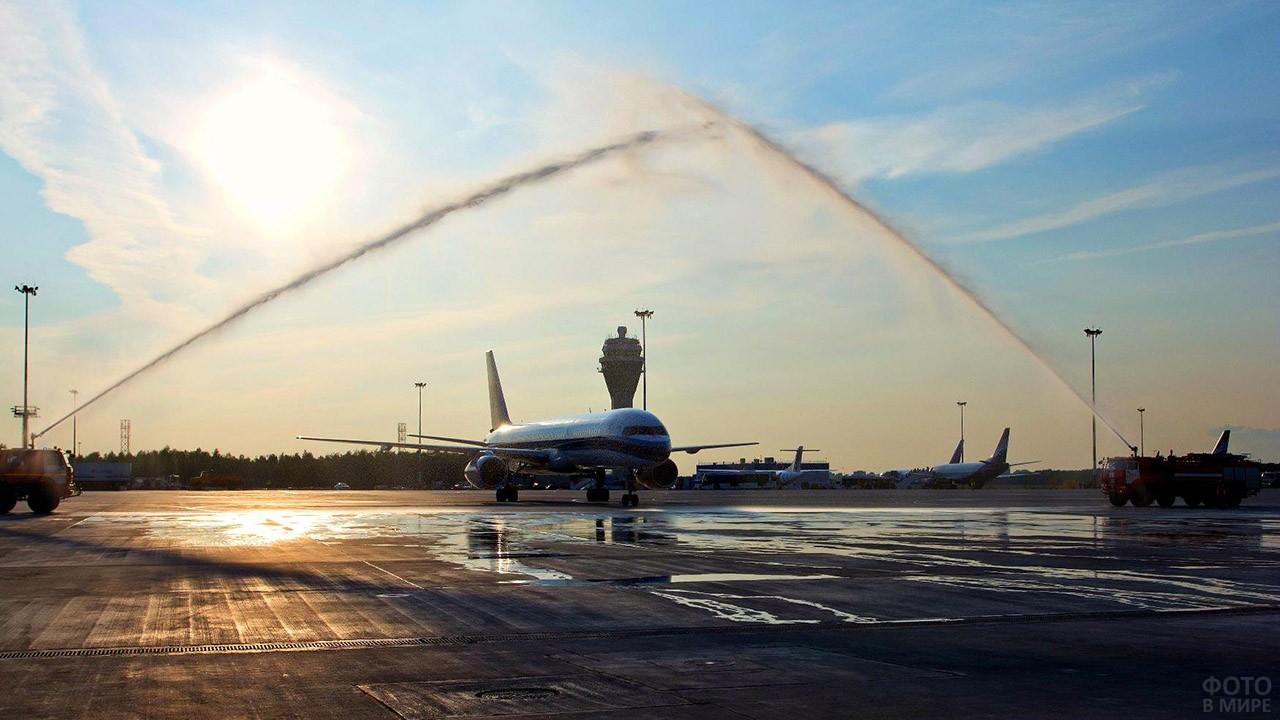 Встреча самолёта водяной аркой