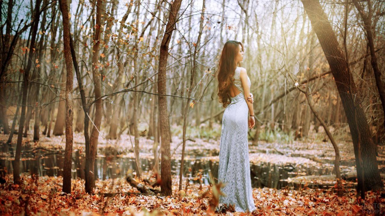 Брюнетка в вечернем платье в осеннем лесу