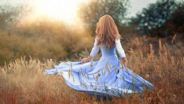 Длинноволосая девушка в голубом платье