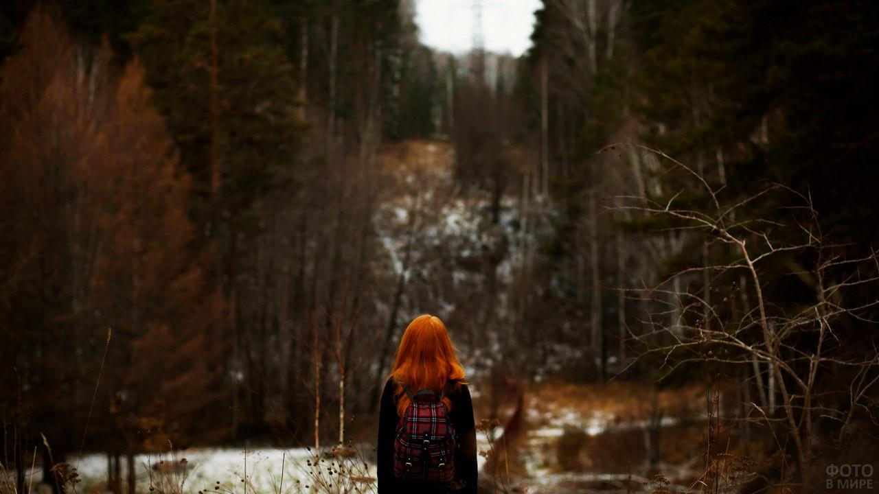 Рыжеволосая девочка с рюкзачком у лесного озера