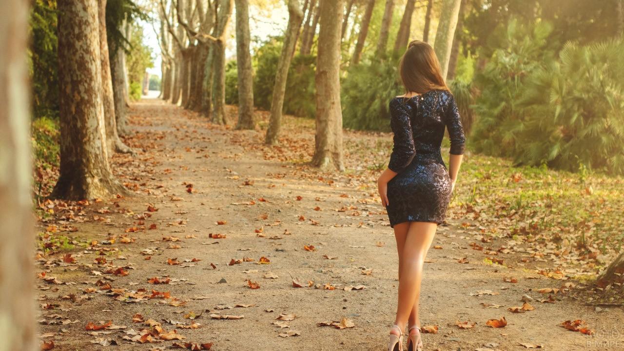 Сексапильная шатенка в мини-платье на осенней аллее