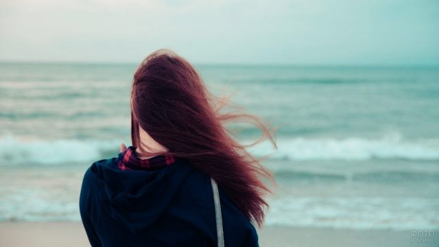 Шатенка на берегу моря
