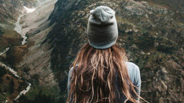 Шатенка в серой шапке в каньоне