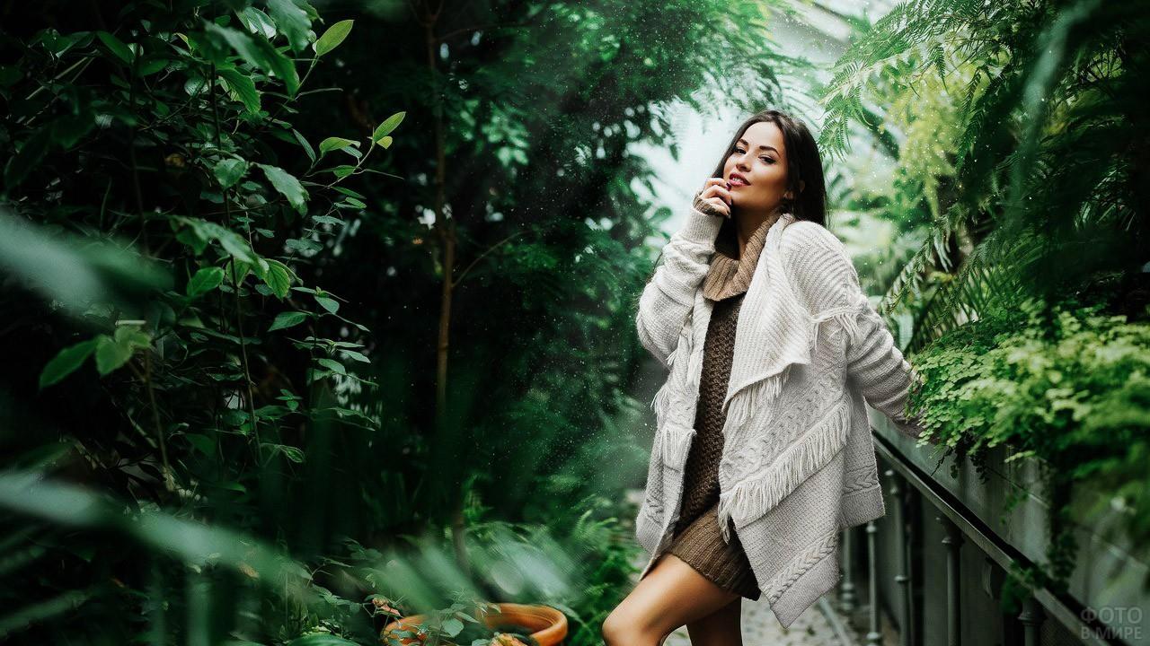 Девушка в свитере дождливым днём в парке