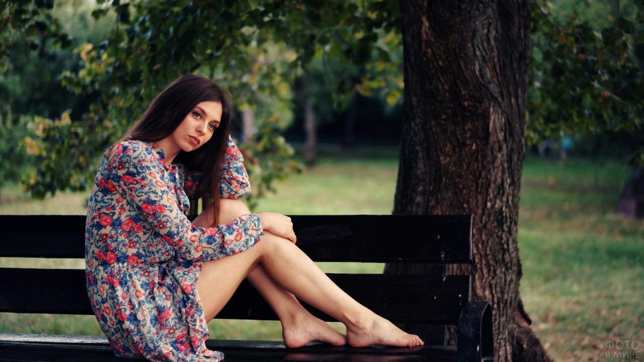 Хорошенькая шатенка в платье в цветочек