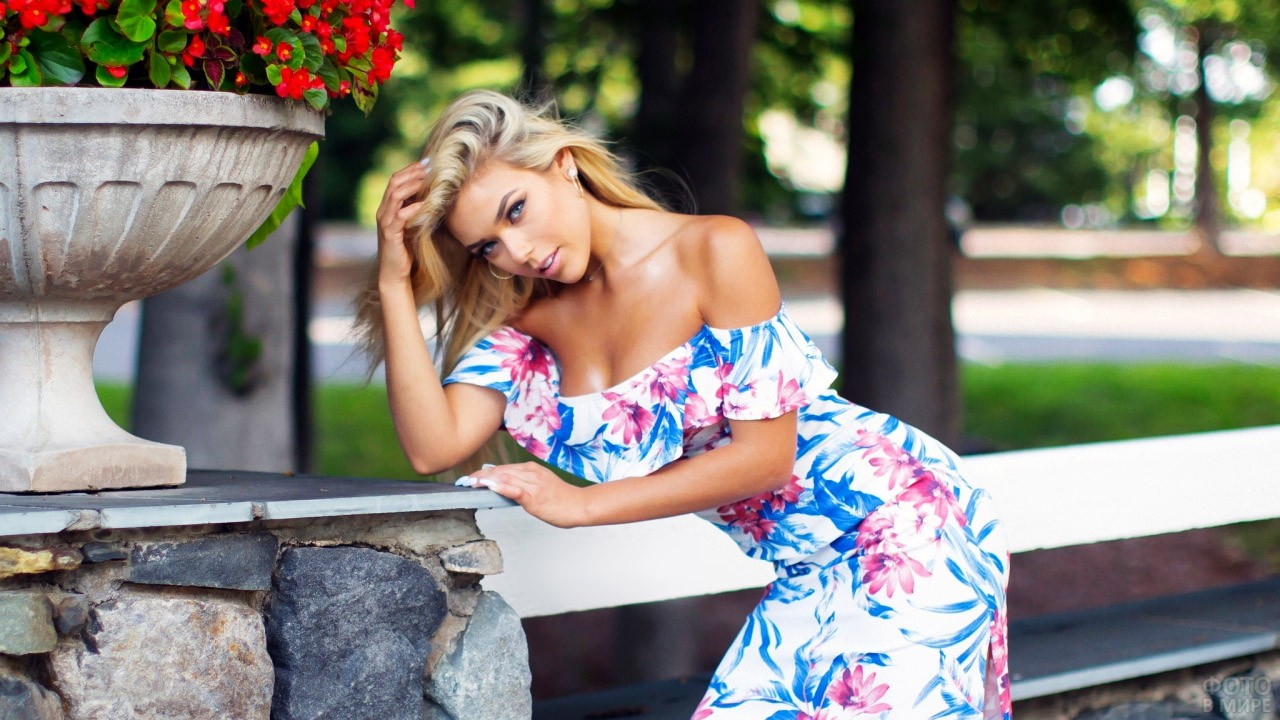 Роскошная блондинка в платье с открытыми плечами