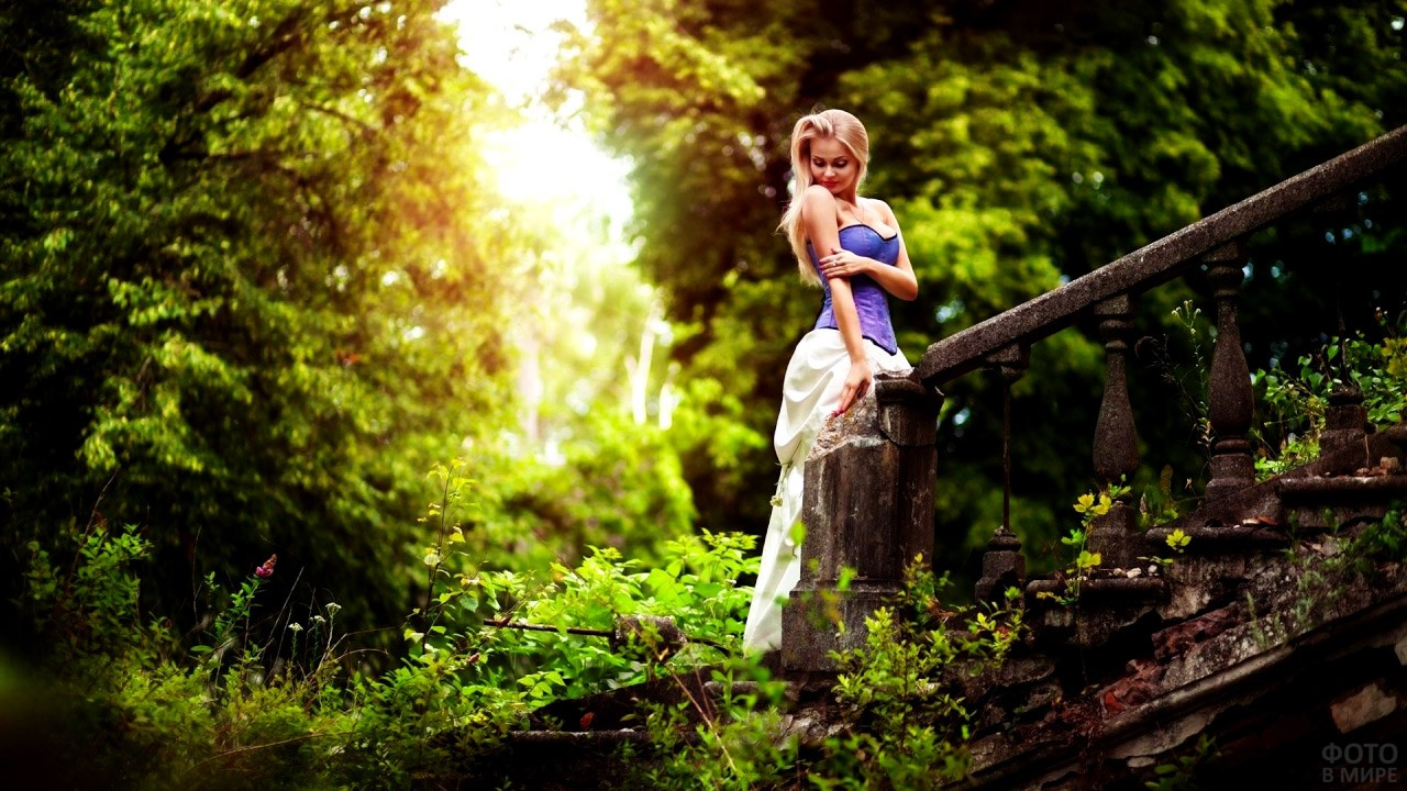 Сексапильная блондинка в заброшенном парке