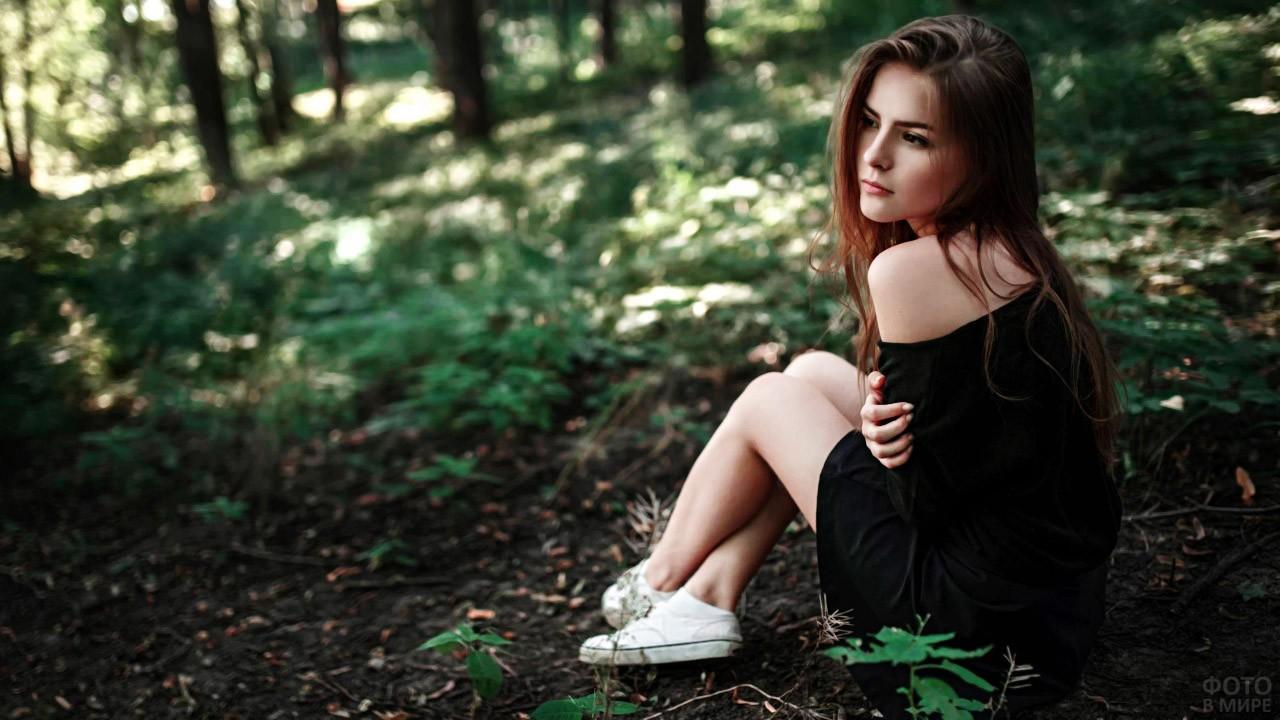Современная барышня в летнем лесу