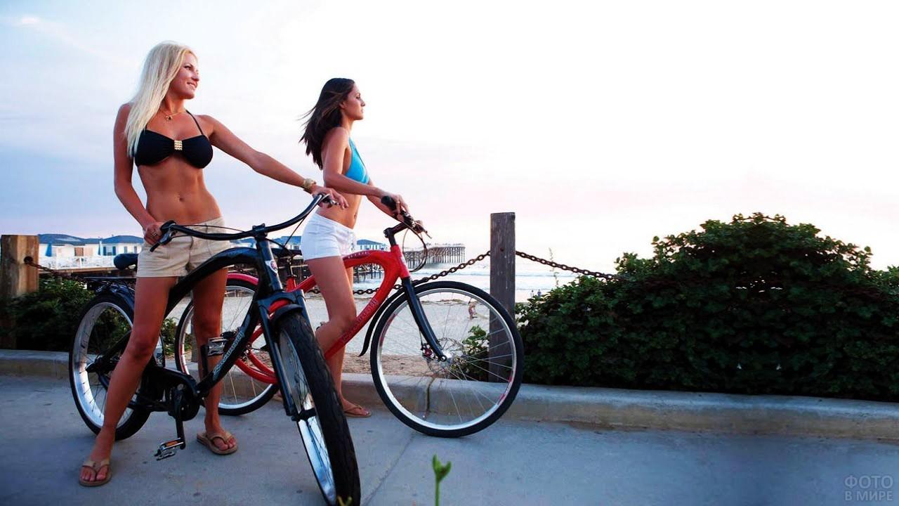Велосипедистки на морской набережной