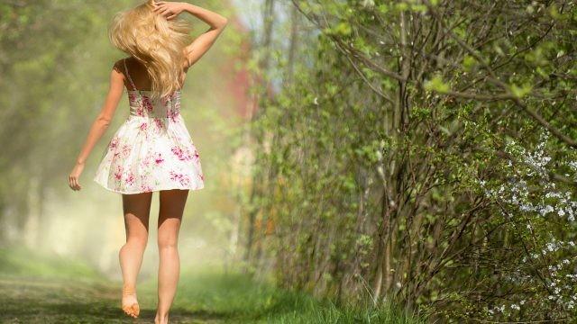 Блондинка бежит по лесу