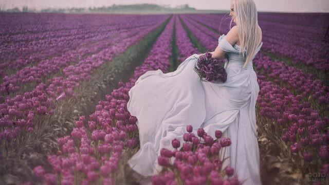 Блондинка среди тюльпанов