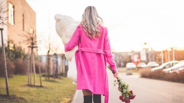 Блондинка в розовом пальто с цветами и мишкой