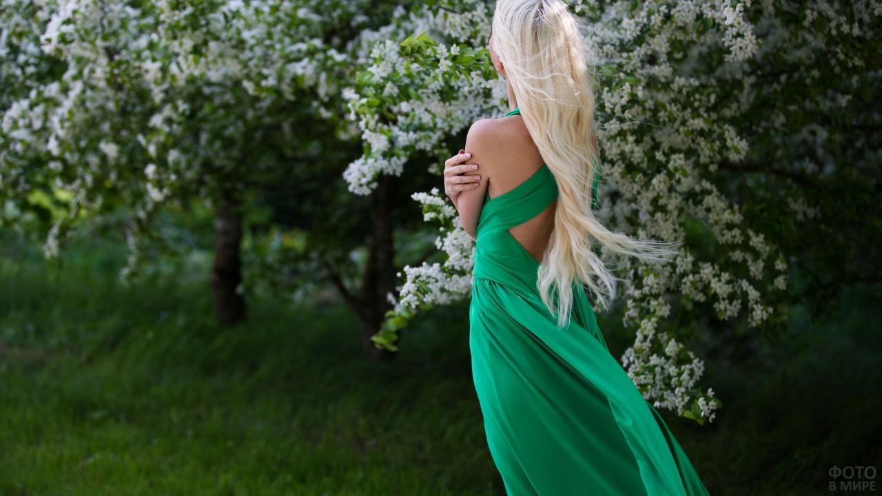 Блондинка в зелёном платье