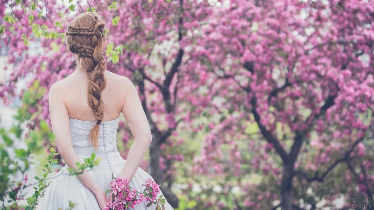 Девушка и цветущее дерево