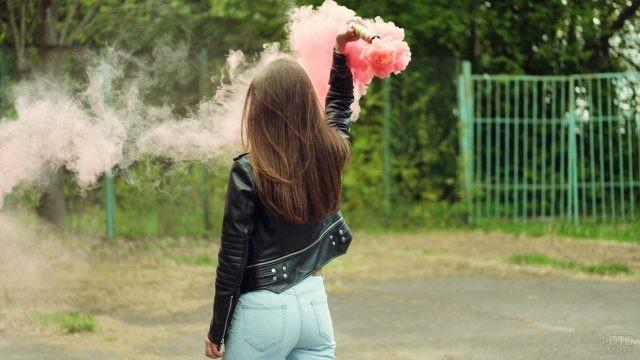 Девушка с цветным дымом