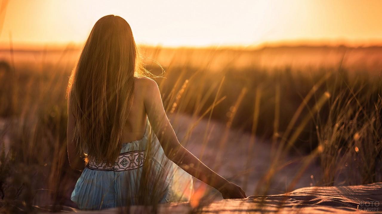 Девушка сидит у речки