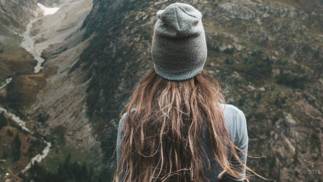 Девушка смотрит на ущелье