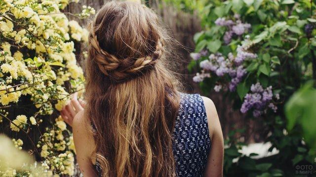 Девушка среди цветущих кустарников
