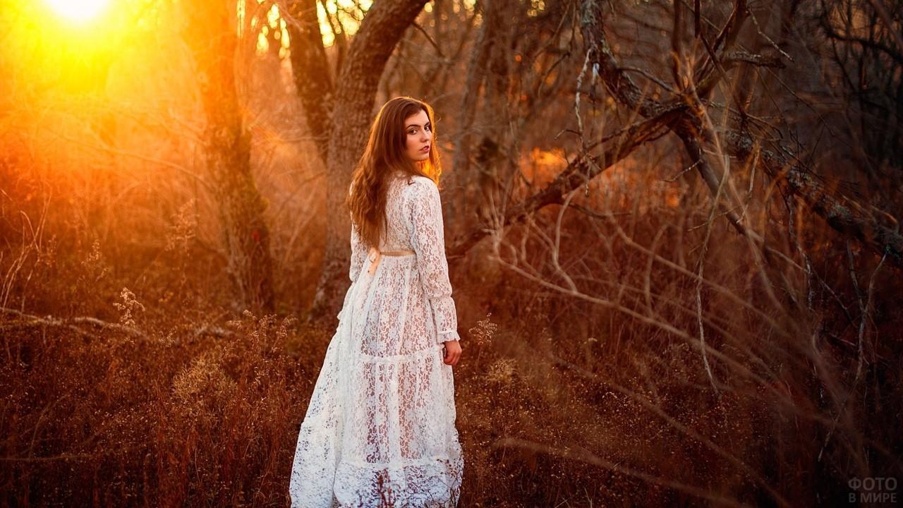 Девушка в белом платье в лесу