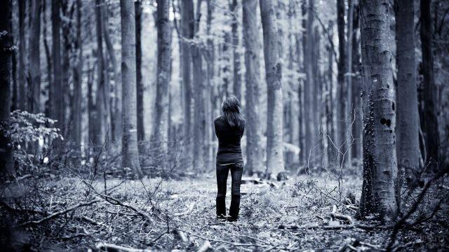 Девушка в джинсах в весеннем лесу