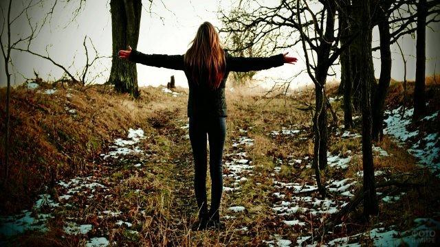 Девушка в весеннем лесу