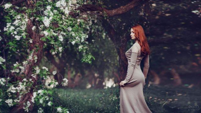 Рыжая девушка в длинном платье