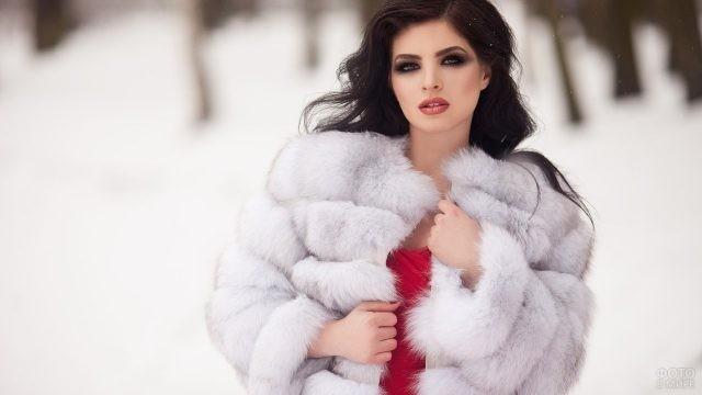 Брюнетка зимой в белой шубе