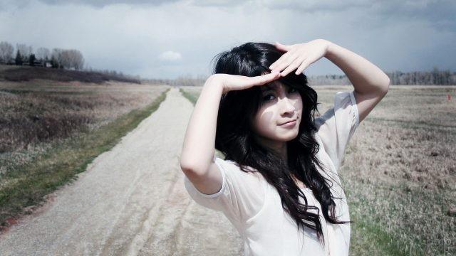 Девушка с чёрными волосами на дороге