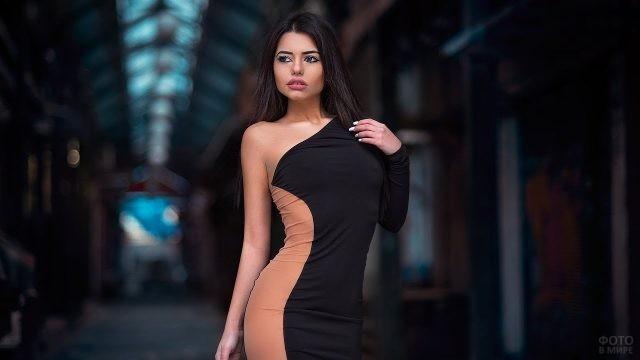 Шикарная брюнетка в двухцветном платье