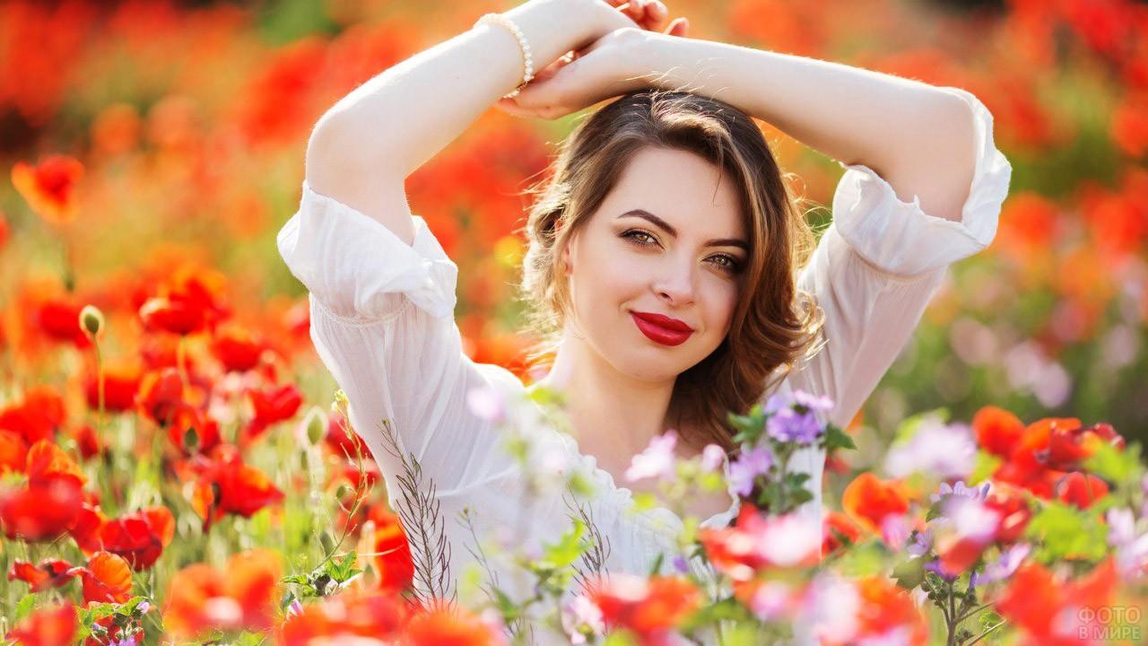 Девушка в цветущем поле