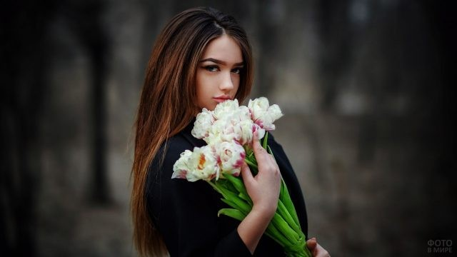 Гламурная барышня с букетом тюльпанов