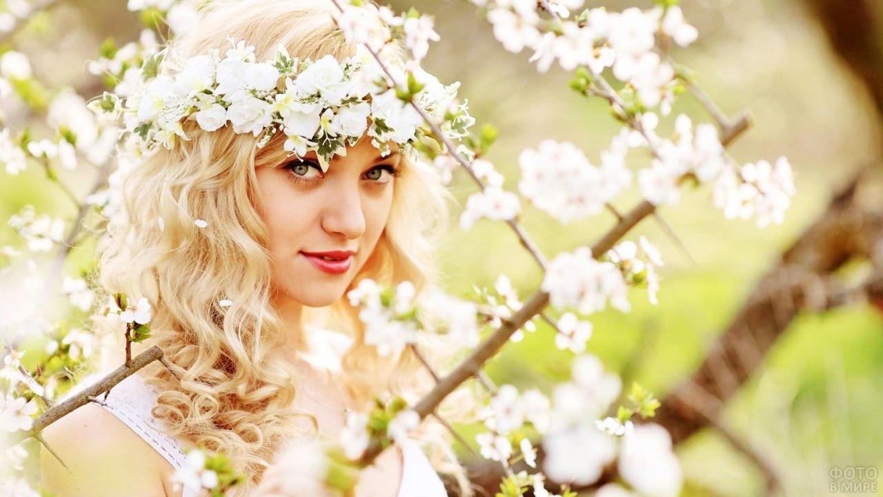 Миловидная блондинка среди яблоневого цвета