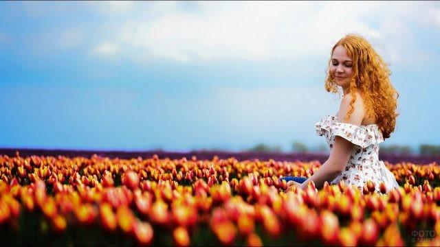 Миловидная девушка в поле тюльпанов