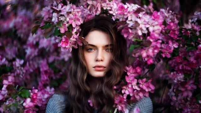 Русоволосая красавица в яблоневом цвету
