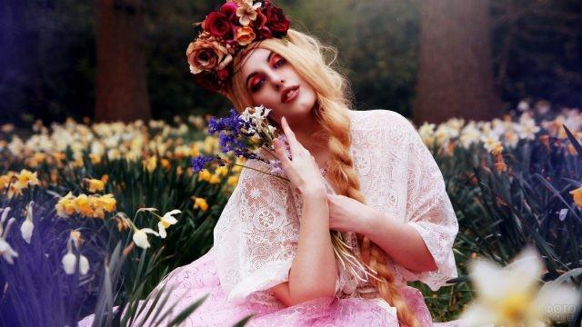 Русская красавица среди весенних цветов