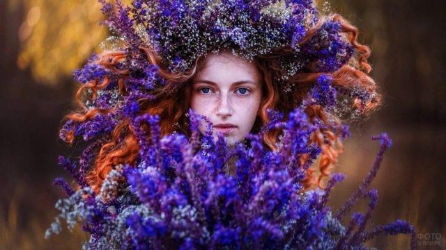 Рыжеволосая девушка в венке из полевых цветов