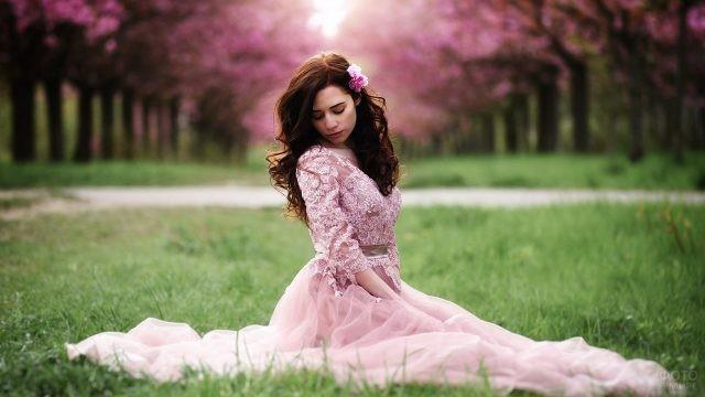 Шатенка в розовом платье в весеннем парке