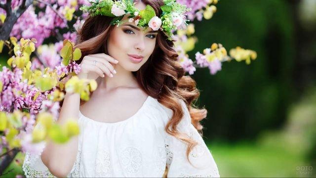 Славянка в весеннем венке