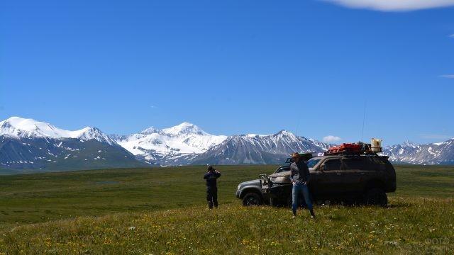 Джиперы на плато Укок на фоне заснеженных гор