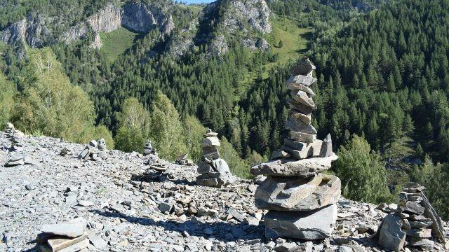 Пирамидки на фоне гор