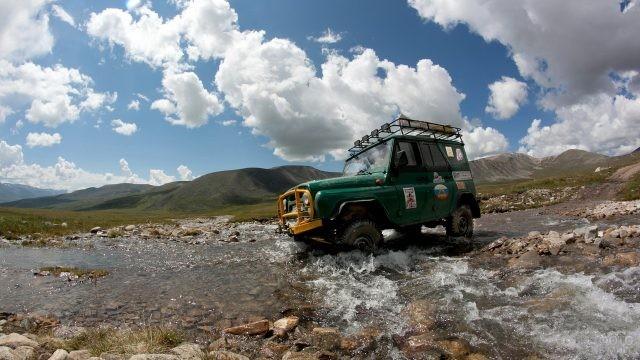 УАЗ на плато Укок едет вброд
