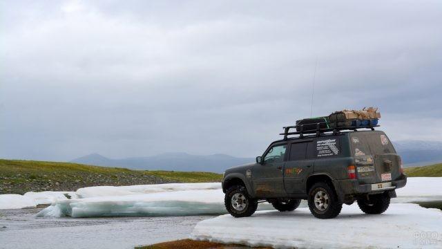 Внедорожник на ледниках плато Укок